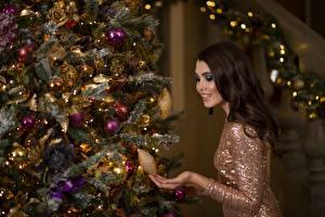 Обои Рождество Шатенка Новогодняя ёлка Шар Улыбка Девушки