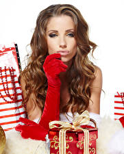 Картинка Рождество Шатенки Смотрит Подарок Перчатках девушка