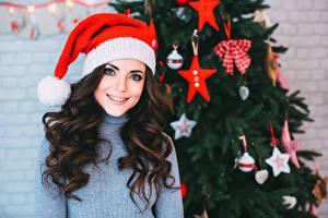 Фотография Рождество Шатенка Шапки Улыбка Волосы Свитер Девушки
