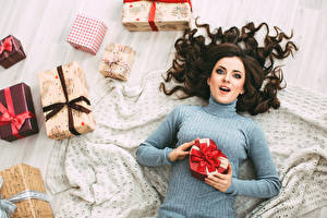 Фотографии Рождество Брюнетка Свитер Подарки Смотрит Девушки