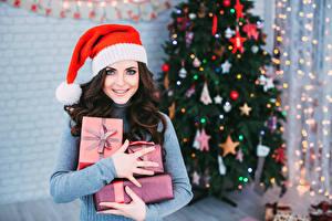Обои Рождество Брюнетка Шапки Подарки Руки Взгляд Девушки