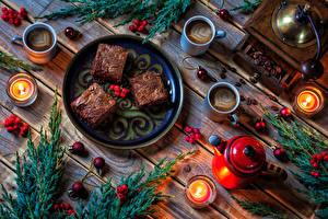 Фото Новый год Пирожное Кофе Чайник Свечи Ягоды Доски Тарелка Чашка Ветки Шарики Еда