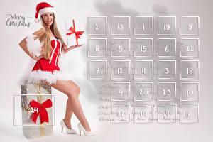Фотография Рождество Календарь Сидящие Английский Подарки Бантик Шапки Ноги Туфли Униформа Девушки