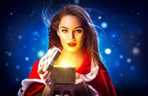 Картинка Рождество Свечи Шатенка Смотрит Коробка Девушки