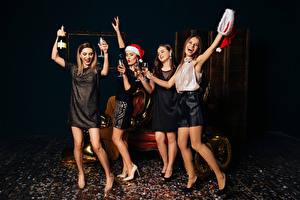 Обои Новый год Игристое вино Радость Бокалы Руки Шапки Девушки