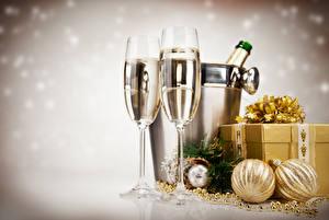 Обои Рождество Игристое вино 2 Бокалы Шар Подарки Пища
