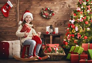 Фотографии Новый год Елка Подарок Девочка Шапки Радостный Дети