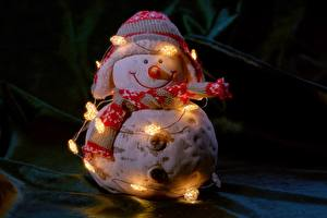 Картинка Рождество Электрическая гирлянда Снеговик В шапке Шарф Улыбается