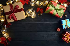 Картинки Новый год Подарки Бантик Доски Электрическая гирлянда Шаблон поздравительной открытки