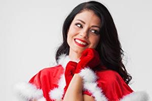 Картинка Рождество Серый фон Брюнетка Улыбка Перчатки Девушки