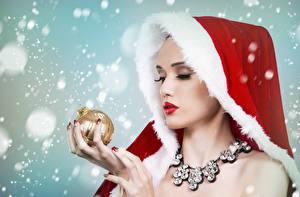 Картинки Новый год Украшения Пальцы Шапки Шарики Снег Девушки