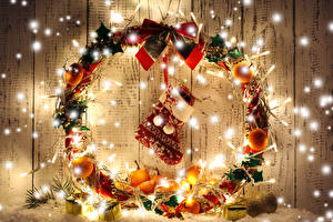 Фотографии Рождество Мандарины Доски Сапоги Электрическая гирлянда Бантик Шар Подарки