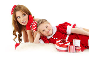 Картинки Рождество Мать Белый фон 2 Шатенка Девочки Платье Подарки Смотрит Ребёнок