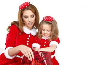 Фото Рождество Мама Белый фон Два Девочки Униформа Русые Дети Девушки