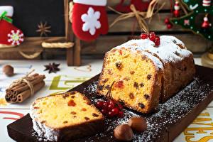 Картинки Рождество Кекс Орехи Сахарная пудра Ягоды Изюм Разделочная доска