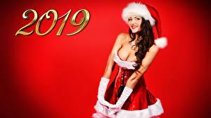 Фотография Рождество Красный фон 2019 Шатенка Улыбка Униформа Шапки Смотрит Девушки