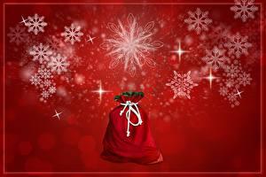 Обои Рождество Красный фон Снежинки Звездочки Подарки