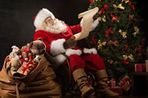 Картинки Новый год Дед Мороз Подарки Сидит Лист бумаги