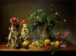 Картинка Новый год Натюрморт Мандарины Сладости Лимоны Ваза Ветвь Дизайн Елка Шляпа Шишки Пища