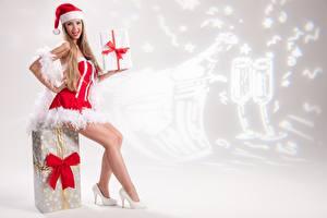 Картинки Рождество Униформа Шапки Сидящие Ноги Туфли Бантик Подарки