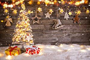 Фотографии Рождество Стена Доски Елка Коньки Подарок Гирлянда Звездочки