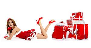 Обои Новый год Белый фон Шатенка Униформа Подарки Ноги Туфли Девушки картинки