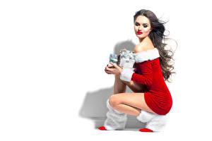 Картинки Рождество Белый фон Шатенка Униформа Подарки
