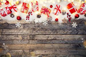 Фотография Рождество Доски Снег Подарки Шар Снежинки Шишки