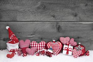 Картинка Рождество Доски Стенка Снег Сердечко Шапки Подарки Шар