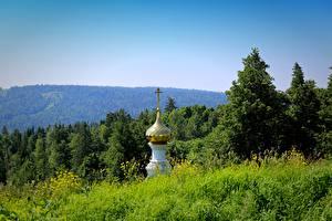 Фото Церковь Леса Купол Крестов Траве Природа