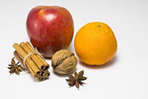 Обои Корица Яблоки Апельсин Орехи Белый фон Пища