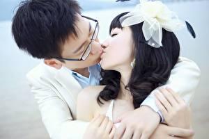Фотография Влюбленные пары Азиаты Мужчины Бантик Целоваться Брюнетка Вдвоем Объятие девушка