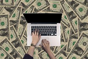 Фото Пальцы Часы Деньги Банкноты Доллары Ноутбуки Руки Бизнес