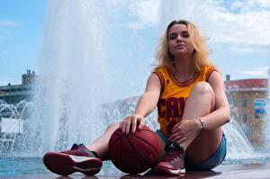 Фотографии Фонтаны Униформа Майка Блондинка Мяч Сидящие Ноги Кроссовки