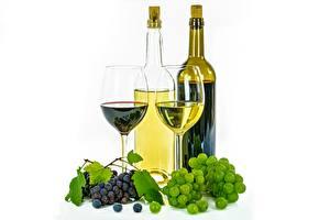 Фотография Виноград Вино Бутылки Бокалы Белый фон Пища