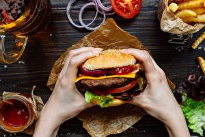 Фото Гамбургер Крупным планом Фастфуд Руки Пища