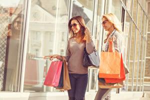 Обои Сумка Двое Улыбка Очках Покупки Бумажный пакет Девушки