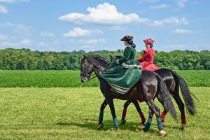 Картинка Лошадь Трава Шляпе молодая женщина