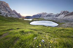 Картинки Италия Горы Озеро Трава Tre Cime Di Lavaredo Природа