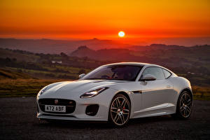 Фотографии Ягуар Рассветы и закаты Белый Металлик 2018 F-Type  Chequered Flag Автомобили