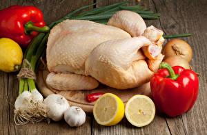 Фотография Мясные продукты Перец овощной Чеснок Лимоны Овощи Курятина Доски Разделочная доска Пища