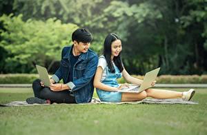Картинки Мужчины Азиаты Студентки Брюнетка Сидит Ноутбуки Девушки