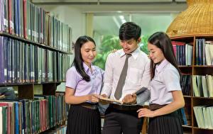 Картинка Мужчины Азиаты Библиотека Втроем Галстук Книга Брюнетка Студентки Девушки