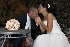 Обои Мужчины Букет Влюбленные пары Свадьба Невеста Женихом Сидящие Вдвоем Поцелуй девушка