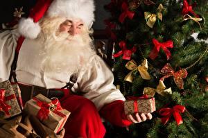 Фото Мужчины Рождество Санта-Клаус Подарки Борода