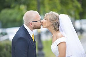 Фотографии Мужчины Влюбленные пары Невесты Женихом Очках Без волос Поцелуй Брак девушка