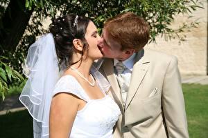 Фото Мужчины Любовники Свадьба Поцелуй Женихом Невесты молодые женщины
