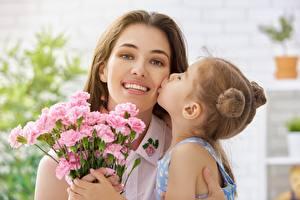 Картинки Мама Девочки Поцелуй Улыбка Девушки