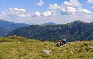 Фотография Альпинизм Горы 2 Отдых Альпинисты Сидит Траве Природа