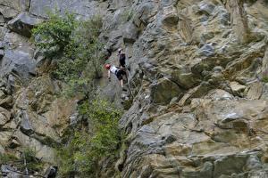 Картинки Горы Альпинизм Скале Двое Альпинист спортивные